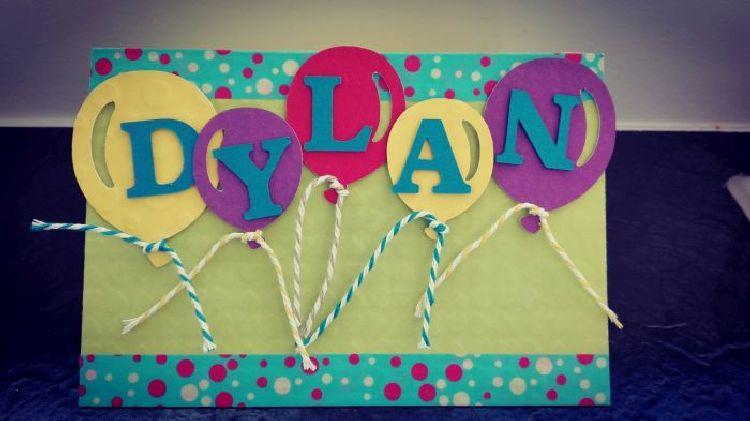 pop-up dino kaart: de voorkant gepersonaliseerd met ballonnetjes en naamsvermelding