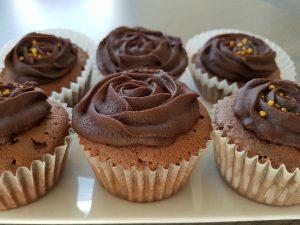 Chocolade cupcakes gedecoreerd met chocoladeglazuur en gouden suikerdecoratie