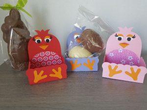 geschenkdoos paaskuiken met chocolade paaseieren
