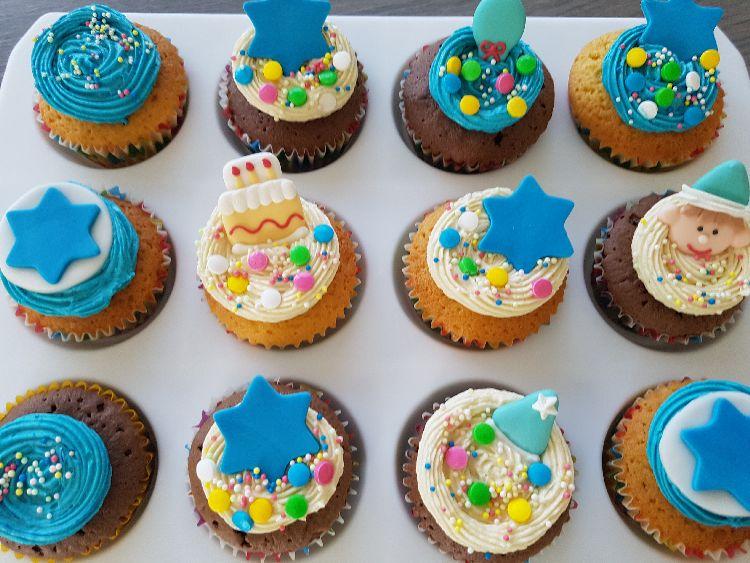 verjaardagscupcakes met botercrème van bovenaf getrokken