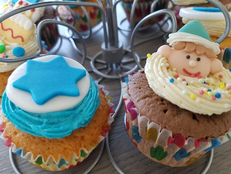 verjaardagscupcakes met blauwe belettering