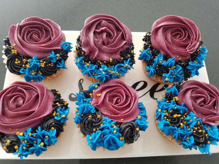cupcakes bloemen met paarse, zwarte en blauwe botercrème