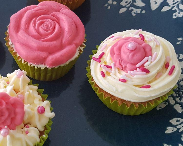 cupcakes voor moederdag met roze botercrème in de vorm van een bloem