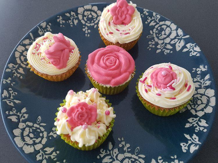 cupcakes voor moederdag met roze en witte botercrème