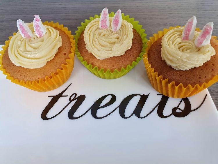 Paas cupcakes gedecoreerd met oortjes van de Paashaas. Easter bunny cupcakes.