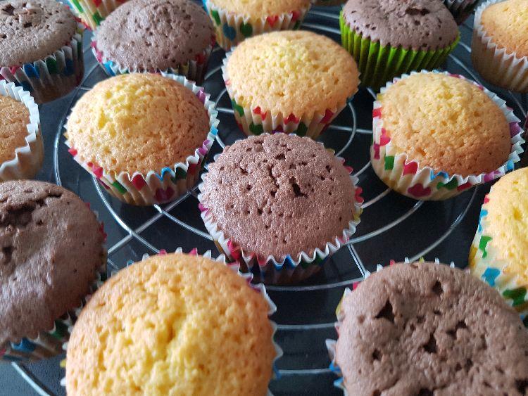 vanille en chocolade cupcakes als basis voor deze verjaardagscupcakes