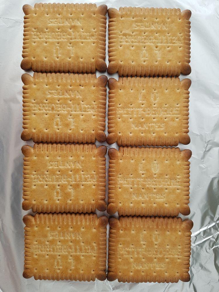 koekjestaart maken: de petit-beurrekoekjes als eerste laag
