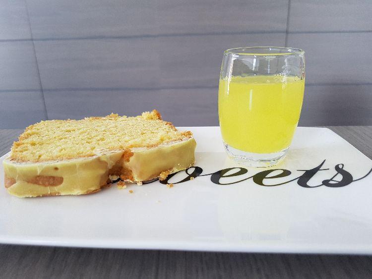 limoncello cake - plakje met glaasje