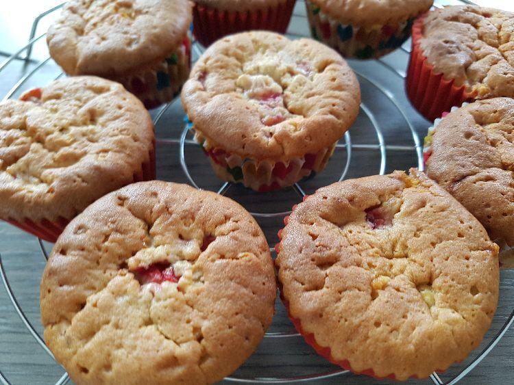 cupcakes   met witte chocolade en aardbeien vulling uit de oven