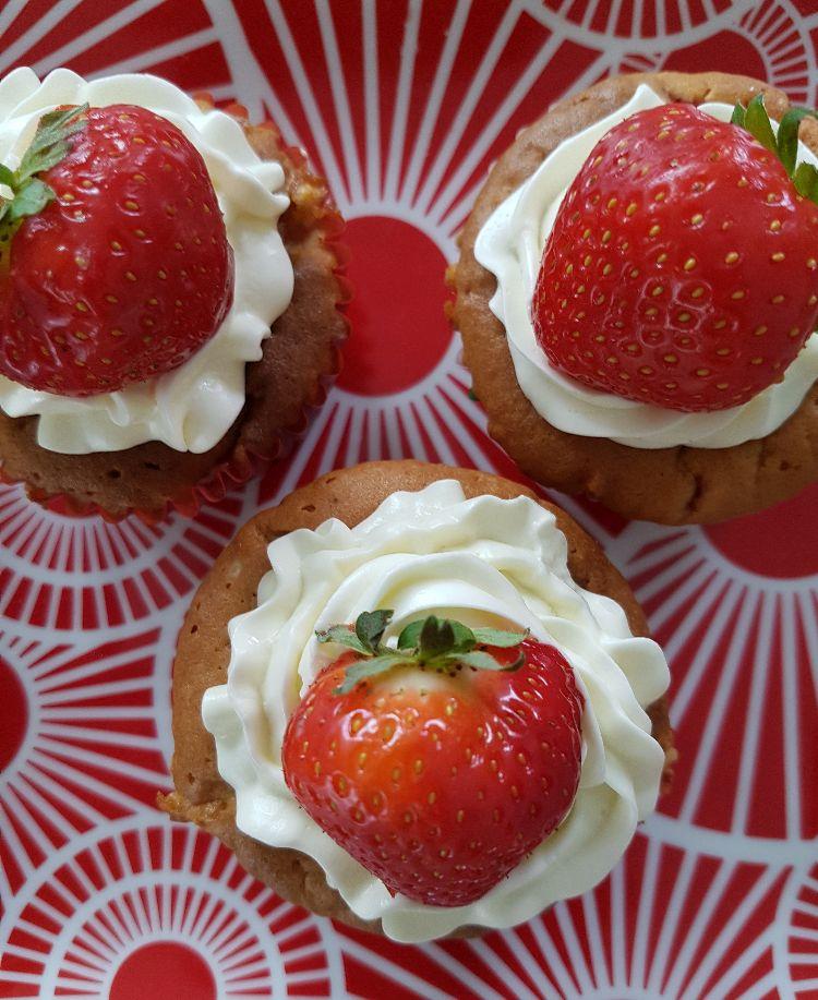 Aardbeien cupcakes met topping van slagroom en aardbei