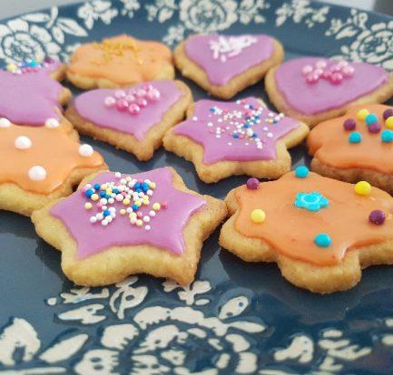 suikerzoete koekjes op bord