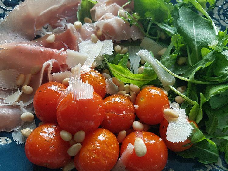 Salade met gepofte kerstomaatjes